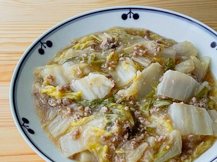 白菜と豚ひき肉をとろとろに煮込む中華風おかず。ちょっと寒くなる季節にもぴったりです。味噌とオイスターソースを合わせたコク旨あんは、白いごはんはもちろん、かた焼きそばや中華麺にもよく合います。  #丼アレンジOK #作り置き