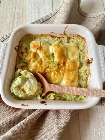アボカドのとろみを活かして、バターを使わずに仕上げたヘルシーなグラタンのレシピです。鳥もも肉と薄切りにした玉ねぎを炒めて、生クリームとアボカドと混ぜて煮込みます。一般的なグラタンと同じように、耐熱皿に入れてチーズをのせ焼くことで完成。バター不使用とは思えない濃厚な味わいです。
