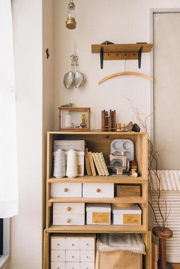 ハンドメイド材料を集めた収納棚は、古い洋書や小さなミシンがアンティーク風ながらもカントリーな要素とも上手くミックスされています。かぎ針編みの小物も落ち着いた色味なのでとってもナチュラル。