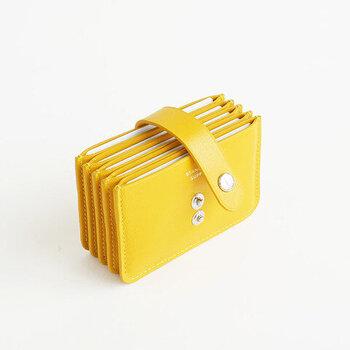 アコーディオン構造のマチが特徴的なカードケース。カードが5枚ほど入るポケットが5つ付いているから、それぞれのポケットに仕分けしてカードを収納できます。開閉は、容量によって2段階で留めることができるスナップボタン式。