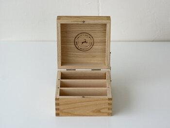 倉敷意匠の栗材をつかったシンプルなカードケース。フタを開けるとおしゃれな焼き印がアクセントになっています。