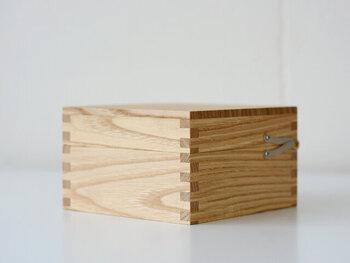 角の部分は組手で箱組みされていて、とても丁寧なつくり。見た目のアクセントにもなっています。