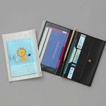 本来は、チケットやパスポートなど、旅行の貴重品をまとめて管理するトラベルオーガナイザー。母子手帳やお薬手帳も入るサイズだから、通院グッズをまとめて収納しておくのに便利です。