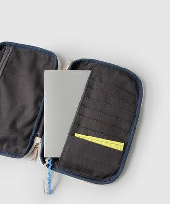 母子手帳がすっぽり収まるポケットに加え、カードを整理できる小さなポケット付き。保険証やお薬手帳、診察券など、細々としたものをすっきり収納。手帳タイプなので、中身が確認しやすい。