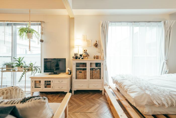 白のペイント家具やマット下の素材感のあるパレットがカントリーを感じさせつつも、すっきりとまとまったナチュラルカントリースタイルです。白の中にも、グリーンやドライフラワー、バスケット収納もあるのでしっかりとぬくもりも感じますね。