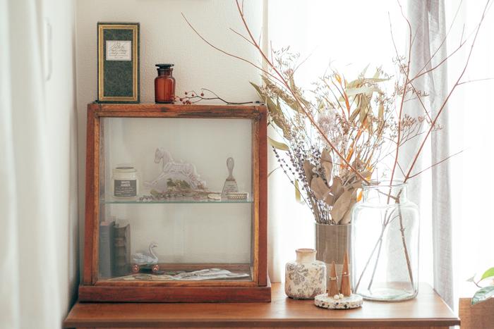 蚤の市で手に入れた小物が飾られたガラスのショーケースは、まさにヨーロッパの田舎暮らしを思わせるインテリア。ガラス越しに見る小物は少し特別な感じがしますよね。細々した雑貨を飾ることの多いカントリースタイルでは、ショーケースや小ぶりのキャビネットを活用するとすっきり見せられるのでおすすめです。