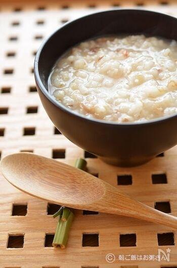 材料を炊飯器にすべて入れて30分浸水後、おかゆコースで炊くお粥レシピ。鰹節のだしとふわふわ食感のお米ともち麦が、優しく身体に染み込みます。1日の始まりの朝食としてもおすすめ。