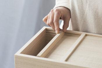 釘や金具を使わずに作られた米びつは、細部までこだわりを感じるつくり。引き戸はスルスルと気持ち良く開き、しっかり密閉できます。上蓋をぱかっと外せるので、お米を入れたりお手入れしたりしやすいのも◎