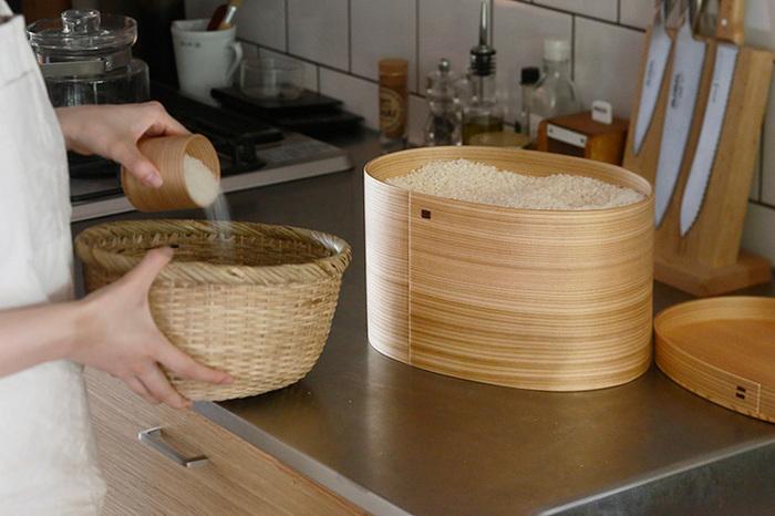 お弁当箱によく使われる曲げわっぱが、米びつになりました!まず目を引くのが木目の美しさ。見える所に飾っておきたくなりますね。ウレタン塗装がされているため、汚れても簡単に洗い落とせます。デザイン性も機能性も◎