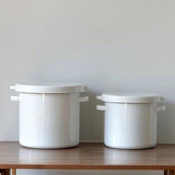白一色の見た目が美しい琺瑯は、保存容器として優れた素材です。耐久性があり、におい移りしにくいのが◎サイズは3.5kg用と5kg用の2種類あります。