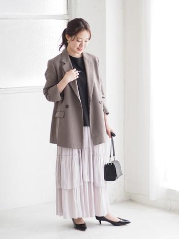 ロマンティックなティアードスカートも、メリハリが効く黒のインナーとジャケットの相乗効果で大人に着地。ティアードのボリュームとチュニック丈のジャケットで、気になる腰回りもナチュラルにカバーできます。