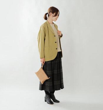 ニット×チェックスカートにジャケットを羽織って、お仕事モードに。落ち着きのあるくすみイエローかつ、ラウンドカットされた裾の遊び心が効いた1着なら、ナチュラル派にちょうどいいきちんと感をプラスできます。