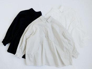 胸元のピンタックと袖のフリルが目を引くブラウスです。1枚でさらりと着こなすのはもちろん、レイヤードも楽しめます。きれいめパンツやタイトスカートで、甘さを控えて品よく着こなすのも◎。