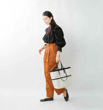 味わいのある黒×深みのあるオレンジで構成した、秋冬ムードが高まるシックな配色。黒のフリルブラウスならあれこれ考えずとも甘さが控えられ、冒険色をぶつけてもこなれ感のある着こなしに着地します。