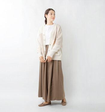 ブラウンのロングスカートに、白トップスをタックインしたベーシックな着こなし。パッチワークデザインのカーディガンをプラスして、コーデにニュアンスをON。柄が印象的なカーディガンも、全体の色味を合わせれば落ち着き感のある着こなしに仕上がりますね。
