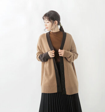 襟と右袖部分に、カラー切り替えを施したカーディガン。ゆったりと着られるオーバーシルエットで、ライトアウター感覚でサッと羽織れる一枚です。Vネックでスッキリ着用できるので、レイヤードスタイルにもおすすめ。カラーはキャメルとクラウドの2色展開です。