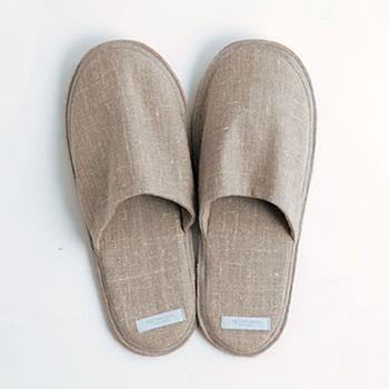 給水・八酸性に優れたリネン素材を使用したスリッパ。毎日素肌に履きたいから、手軽にお洗濯できるように工夫されています。汗をかきがちな足元でも、爽やかに気持ちよく過ごせます。