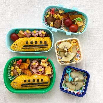 鉄道好きのお子さんに作ってあげたいのがこちら。かぼちゃご飯で作った新幹線が色鮮やか!ピックの使い方もかわいいですね。