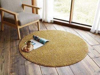 銀杏を思わせるようなイエローのラグは、お部屋を一気に秋モードにシフトさせてくれるます。まーるいデザインが気持ちをほっこりさせてくれます。ホットカーペット・床暖房にも対応しているところも嬉しいポイントです。