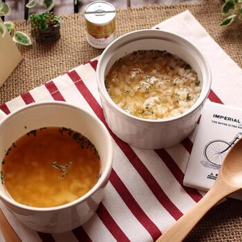 レンジで作れるもち麦リゾットのレシピ。固形コンソメと水でチンして溶かした容器にもち麦を入れてさらに加熱し、パセリとバジルを散らして完成ととっても簡単!忙しい朝にもぴったりです。