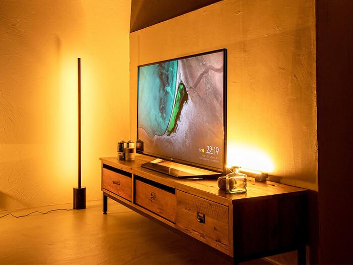 リモコンの操作で電源だけでなく調光もできるバー型のLEDライトです。縦にも横にも置くことができるので、お部屋のサイズや間取りに合わせてレイアウトが楽しめます。写真のようにテレビの後ろに設置すれば、まるでホテルのような高級感のある雰囲気に。