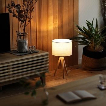 丸いシェードはリネン製。布地から漏れ出す光はとても柔らかいです。灯していない時間でも、インテリアのようにお部屋に馴染みます。重さがわずか500グラムのため、リビングのリラックス時間に、ベッドで読書するときに……と気分によって移動させることもできます。