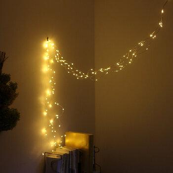 小さなライトが無数に繋がり、幻想的な空間へと変身させてくれるライト。LEDのため、電球が熱くなりません。またソケット型のため天井から吊るせるほか、植物の周りやカーテンレール、子供部屋の装飾にも使うことができます。