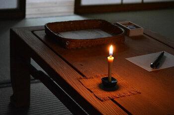 米ぬか油を主な原料とする和ロウソクです。約7センチと小ぶりなサイズで、1本あたり30分ほど燃焼します。日常生活の中で生の炎を扱うことは減っているからこそ試して欲しいのがろうそくです。ライトと異なり短時間で使い終える消耗品ですが、その灯りの美しさは格別です。こちらは燭台と組み合わせてご使用ください。