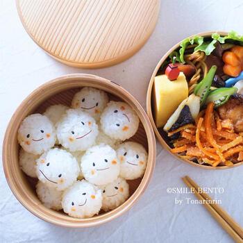 ひと口サイズに丸めたご飯にやさしい表情を描いて、食べやすくてかわいいこむすび君の弁当。やりすぎないかわいらしさに癒されます。