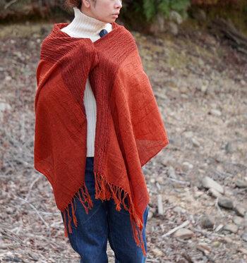 広げてサッと羽織っても、くるくるとラフに巻いても、こなれ感たっぷりに使える一枚です。