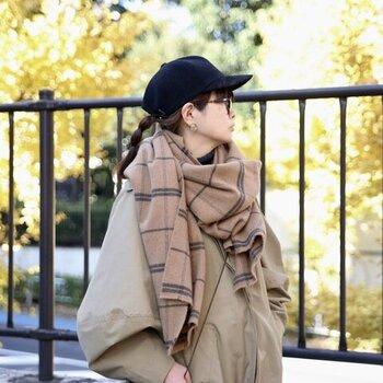 ベビーキャメルを原料に使用した、ベージュのチェック柄ストール。軽いフリースタッチの素材感なので、暖かさはもちろん持ち運びにも便利です。大判のストールなので、羽織るだけでもコーデのアクセントになりますよ。