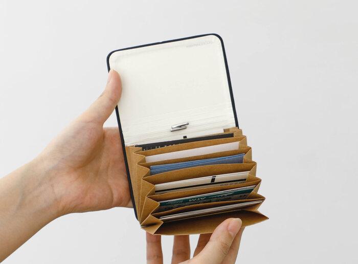 なめらかなイタリア製PUレザーを使った蛇腹式のカードホルダー。アコーディオン状に広がる7つのポケットで、これ1つですっきりカードをまとめることができます。
