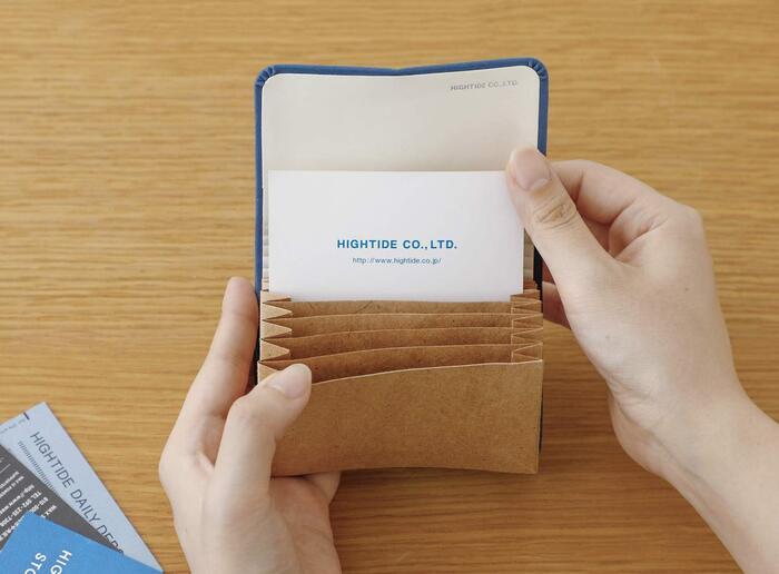 カードを入れる部分は丈夫な紙製なので軽くて扱いやすい。本体の重さはわずか32g。カード類を約35~50枚程度収納可能です。