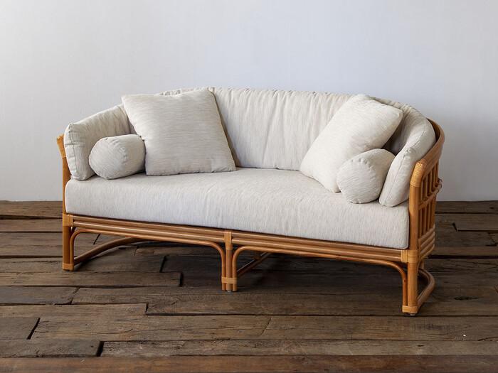 ラタン素材の北欧ソファをお探しなら、独特のヴィンテージ感が素敵なACME Furniture(アクメファニチャー)のこちら。木製素材では難しい曲線のデザインも、ラタンなら表現することができます。木枠のソファと比べると、柔らかく、より自由であたたかみのある雰囲気です。たっぷり4つのクッションが付属して、好きな体勢でくつろげるのも魅力的。