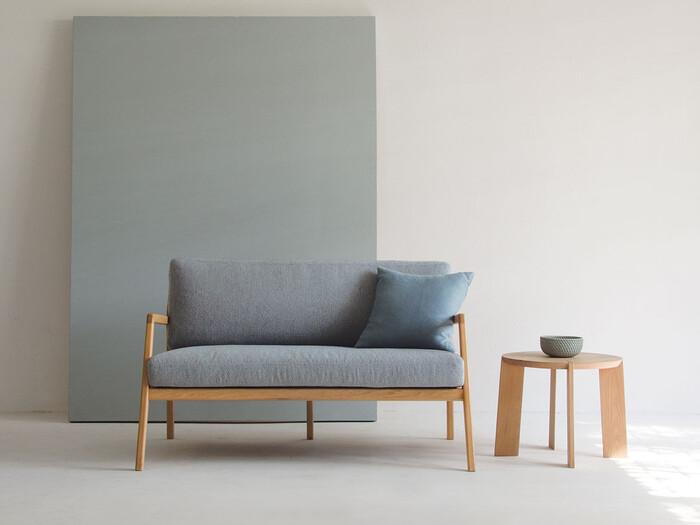 北欧ソファのスタイルといえば、木製フレームが印象的。こちらのソファは、往年の北欧デザインを現代のスタイルに合わせてリデザインしたもの。木製のあたたかさを残しつつ、細めのフレームがモダンな印象です。スタイリッシュな木製フレームは、後ろから見ても美しさが際立ちます。座り心地にこだわったシートクッションも魅力。