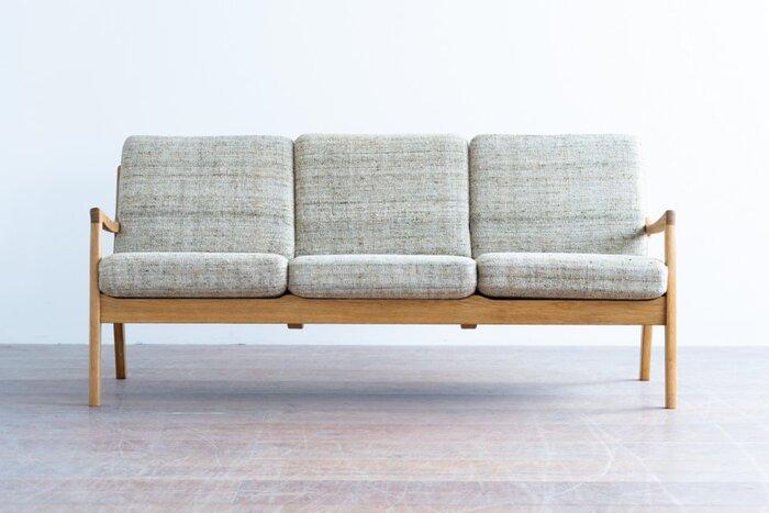 おもにデンマークからヴィンテージ家具を仕入れ、リペアして販売しているhalutaのソファ。長く愛用されてきたからこそ出せる風合いが魅力的です。こちらのソファは、デンマークのデザイナー、オーレ・ヴァンシャーによるもの。シンプルながらもラインにこだわりを感じる、重厚感が特徴です。