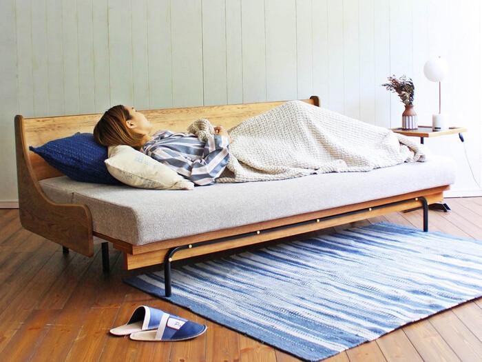 journal standard Furniture(ジャーナルスタンダードファニチャー)の、暮らしに合わせて形が変化するソファ。座る・くつろぐ・寝るの3通りの使い道を叶えてくれるので、1日中過ごすことができてしまいます。ソファベッドながら、寝ることを考えて座面にはマットレスを使用。寝心地抜群なので、ベッドとしても使いたい方や、来客用のベッドを用意しておきたい方にもおすすめです。