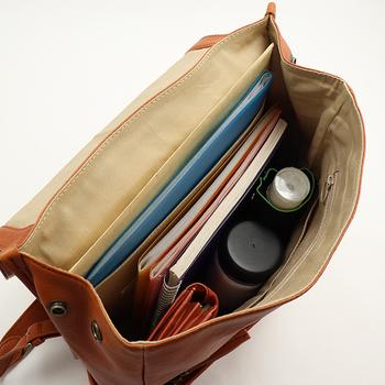 A4がすっぽり入るサイズ感で、13インチのノートPCも入ります。封筒やファイルを収納できる仕切りポケット付き。背面にもファスナーポケットがあるので、貴重品などはここに収納して。