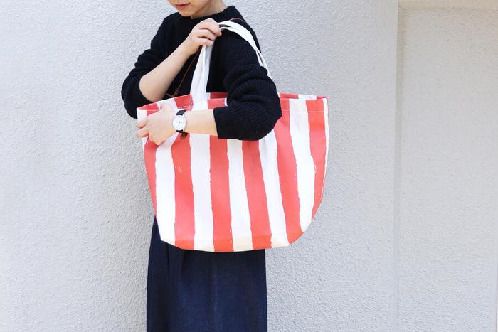 ざっくり大きめのエコバッグは、なんと1枚の布でできるんです。ボタンやファスナーなどのパーツが一切ないシンプルなバッグなので、初心者さんでも作りやすくおすすめ。