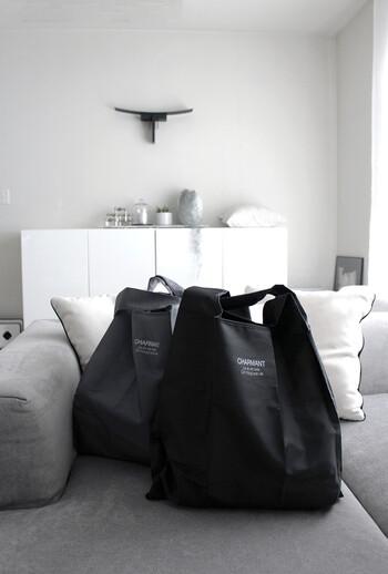 ブラックとグレーの2色展開で男女問わず使いやすいデザイン。たたむとハンカチより薄くまとまり、バッグの隙間にラクラク入ります。高級感を感じられる素材で、使っていてもバッグの中でもさりげないおしゃれを演出します。