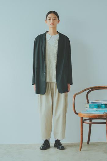 ウールのテーラードジャケットを羽織ったマニッシュな装いには、インナーベストとして活躍してくれます。シャツライクなビッグカラープルオーバーをレイヤードし、コーデュロイのパンツを合わせて奥行きのあるワントーンに。ジャケットとシューズは黒にしてコーデを引き締めます。