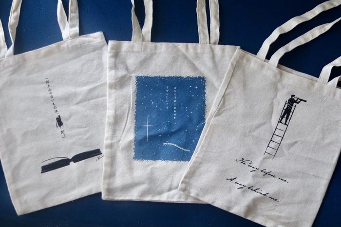 全国の書店で販売している「文芸エコバッグ」。価格も110円~170円程とお手頃です。持ち手も長く、雑誌がすっぽり入る大きさも魅力的です♪