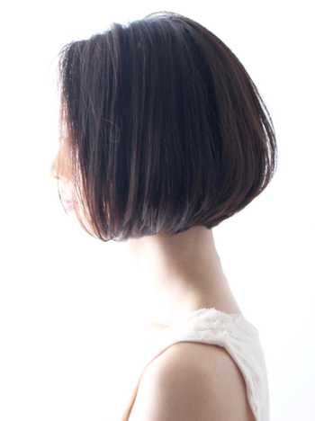 顎のラインから切り揃える前下がりボブは、丸顔やエラの張りなど、輪郭が気になる方にもオススメのスタイル。ツヤのある黒髪にすれば、人とは違う独特なムードが出てきます。