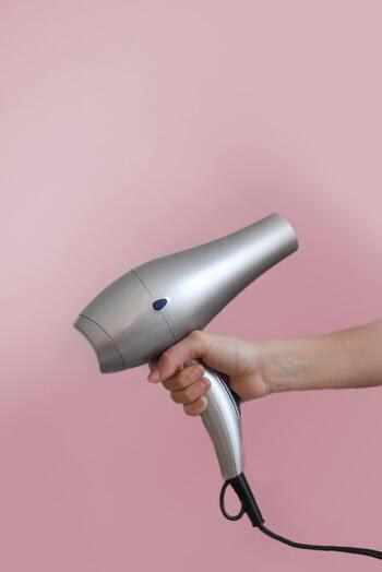 ブローは丁寧におこない、髪表面にナチュラルなツヤをつくって。ブロー前にはスタイリング剤を馴染ませ、熱から髪をしっかりプロテクト!
