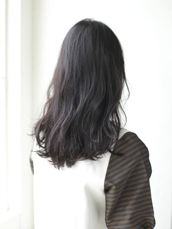髪全体にゆるやかなパーマをあてれば、ゆるふわなフェミニンヘアが完成。カールが束にならないよう、角度や向きに変化をつけるのがおすすめ♪ドライなスタイリング剤を中から揉みこみ、内側からふっくら感を出しましょう。