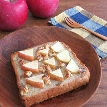 リンゴとくるみをのせて焼くだけで、一味かわるトースト。蜂蜜やシロップをかけて焼くことで甘みも足されて、温められたリンゴがほどよいシャキシャキ感で美味しい一品です。
