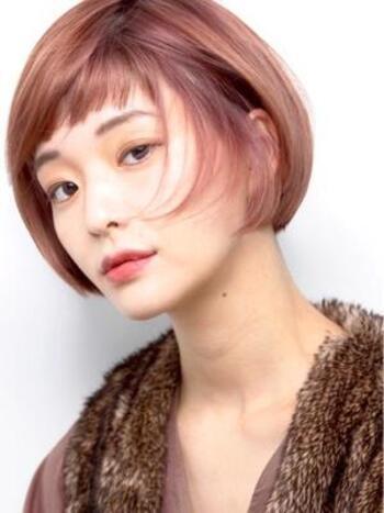 コンパクトな内巻きがおしゃれなミニボブ。モードなピンクカラーとアシメ前髪で個性的な仕上がりに。