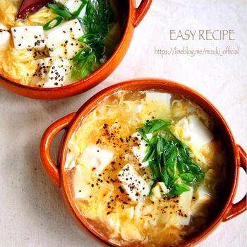 豆腐でヘルシーに、生姜入りで温まるスープ。沸騰してとろみをつけたりする時間のみで、具材をコトコト煮込む時間が不要なのが朝には嬉しいレシピです。