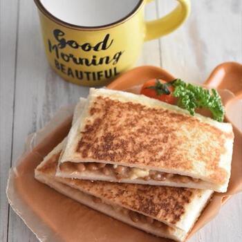 和のイメージが強い納豆ですが、食パンとの相性も良いので是非試してみていただきたい一品。ホットサンドメーカーがなくてもフライパンで調理可能なのも嬉しいポイントですね。