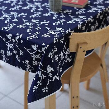 ☑綿 ☑カット販売品  北欧ブランド「Artek(アルテック)」のコットン100%のテーブルクロス。ネイビーに白の桜モチーフがが映える、京都の職人さんによって染められた絵柄は、ずっと眺めていたくなるほど引き込まれます。